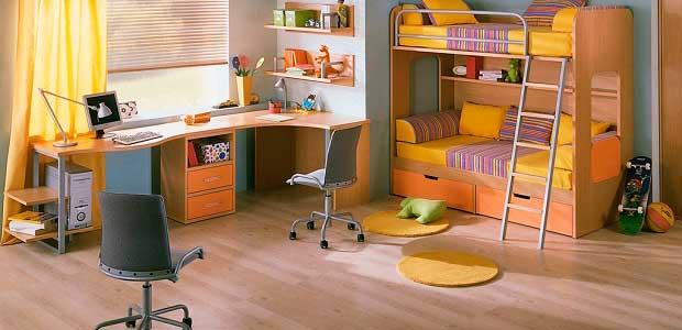 Детская комната с ровным полом из ламината.